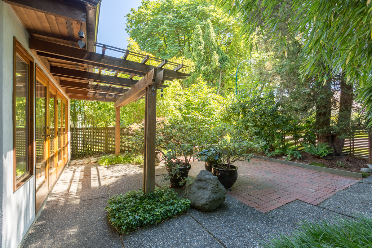 Front patio and garden - Kitsilano - 3345 West 14th Avenue, Vancouver, BC
