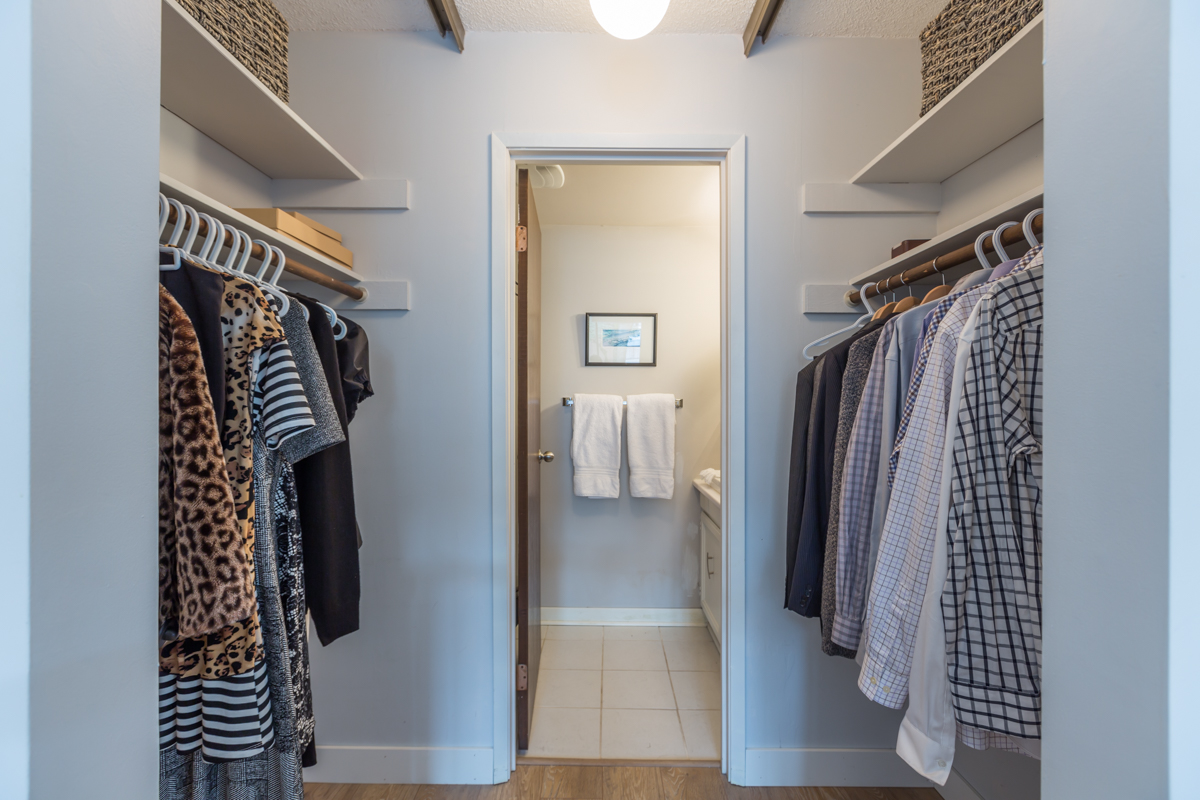 Walk-thru closet - Mount Pleasant - 345 West 10th Avenue, Vancouver BC Canada