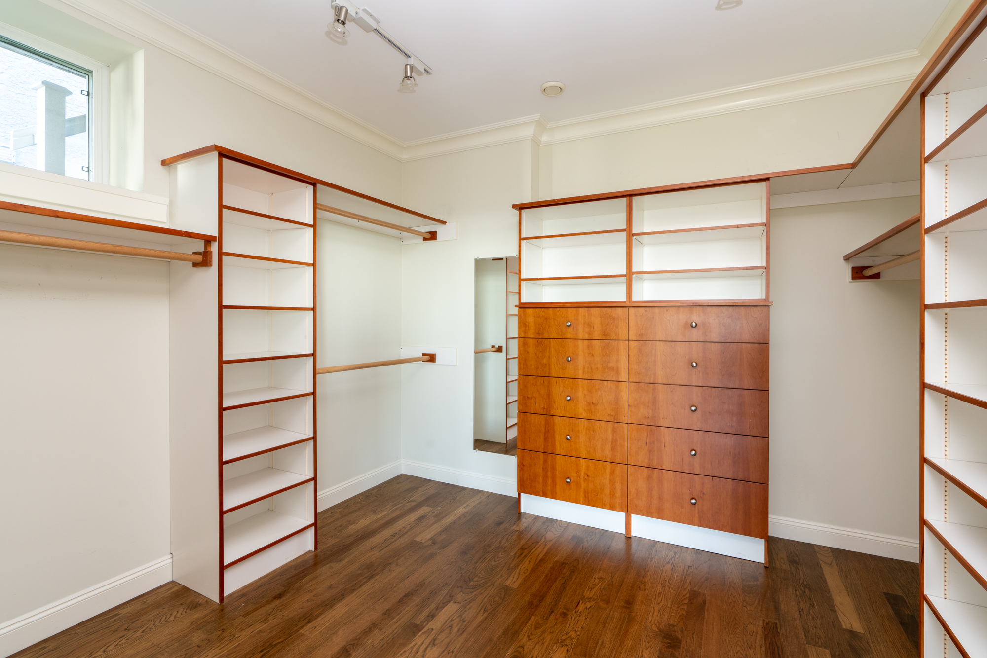 Walk-in Closet - Upper Lonsdale - 4245 St. Georges Avenue, North Vancouver